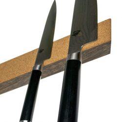 Knivskinne 40x4x2cm i røget eg, med finkornet naturkork på fronten fra Rune-Jakobsen Design